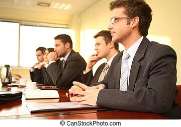 cinq, personnes affaires, à, a, conférence