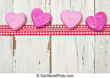 cinta, con, rosa, corazones, en, un, blanco, de madera, plano de fondo