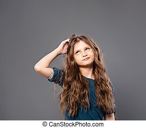 cinzento, menina, cute, escuro, criança, vazio, cópia, closeup, arranhando, olhar sério, cima, space., pensando, fundo, estúdio, cabeça