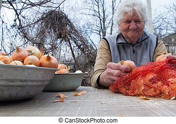 cinzento, mulher, antigas, dela, legumes, cozinhar, cozinha, cima, colheita, picos, cabelo, próprio, orgânica, cebolas, antes de
