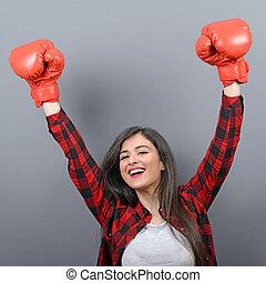 cinzento, mulher, celebrando, boxe, jovem, contra, cima, vencedor, luvas, fundo, mãos, retrato, ar, roupas casuais