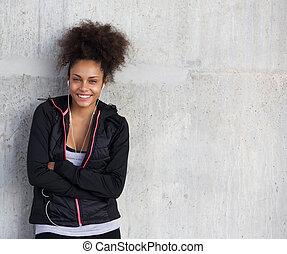 cinzento, mulher, jovem, esportes, alegre, fundo, sorrindo