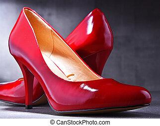 Pár, piros cipő, pontozott, spanyol.