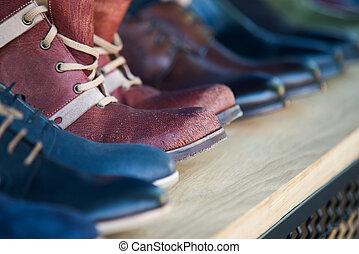 cipők, megkorbácsol, feláll, mens, becsuk, evez