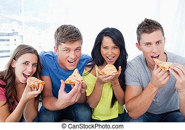 circa, sguardo, persone, macchina fotografica, essi, mangiare, pizza
