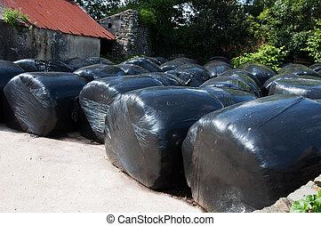 Accatastato paglia ploythene nero involvere balle for Piani di garage di balle di paglia