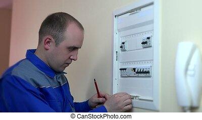 circuit, closeup, expérimenté, électricien, réparation, breaker.