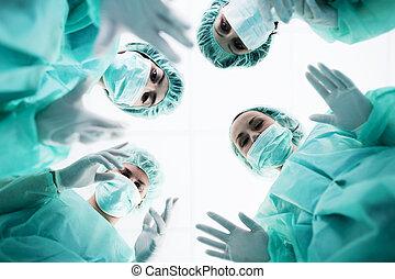 cirujanos, estar de pie de arriba, de, el, paciente, antes,...