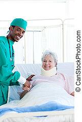cirurgião, assistindo, um, paciente, após, um, operação