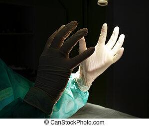 cirurgião, atrasando, mãos, em, luvas protetoras