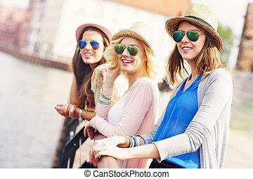 città, amici ragazza, gruppo, sightseeing
