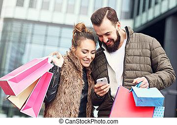 città, coppia, shopping, giovane
