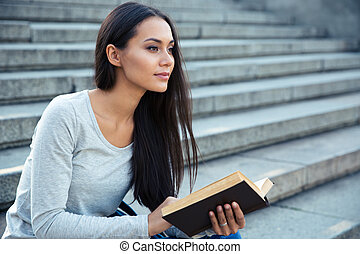 città, donna sedendo, libro, fuori, scale
