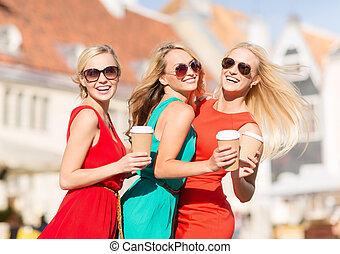 città, tazze caffè, donne, takeaway