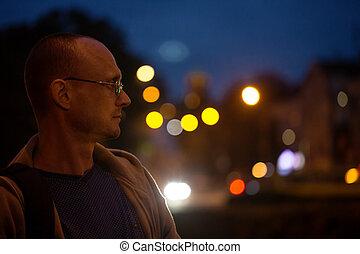 città, uomo, notte