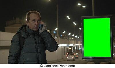 city., światła, tam, cars., screen., telefon, zamazany, mówiąc, kandelabry, przeciw, tło, noc, tablica ogłoszeń, zielony, człowiek