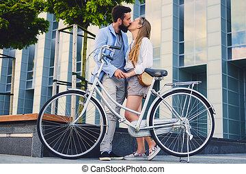 city., vélo, couple, après, date, baisers, woman., cavalcade, homme