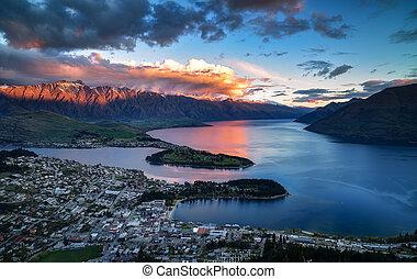 cityscape, coucher soleil, de, queenstown, à, lac, wakatipu, depuis, les, horizon, ile sud, nouvelle zélande