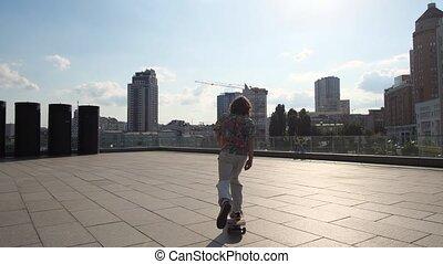 cityscape, planche roulettes équitation, jeune homme