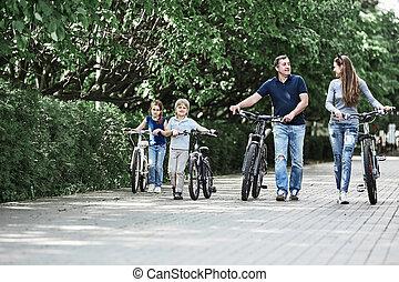 ciudad, familia , moderno, parque, caminata, su, bicicletas...