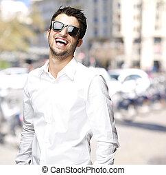 ciudad, gafas de sol, joven, reír, retrato, hombre