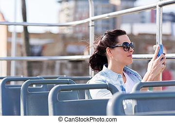 ciudad, mujer, joven, teléfono, utilizar, el fotografiar, elegante