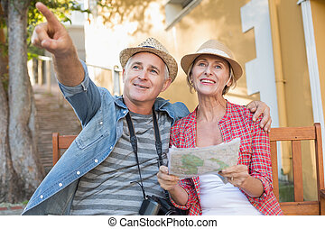 ciudad, pareja, banco, mirar, mapa turista, feliz