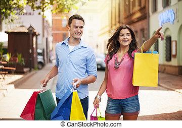 ciudad, pareja, compras, joven, bolsa