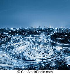 ciudad, paso superior, por la noche