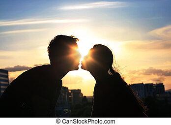 ciudad, tarde, pareja, plano de fondo, besar, encima