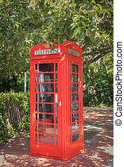 clássico, cabine telefone vermelha, em, inglês, árvores