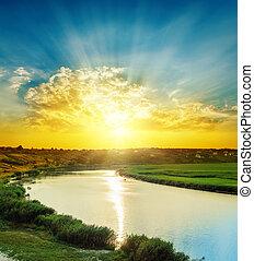clair, coucher soleil dans nuages, sur, rivière