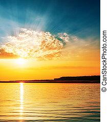 clair, orange, coucher soleil dans nuages, sur, rivière