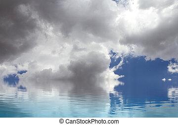 clam, sea., een, hemel, van, wolken, weerspiegelde in, een, water, surface.