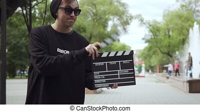 clapperboard, feuilles, homme, apparaît, frame., jeune