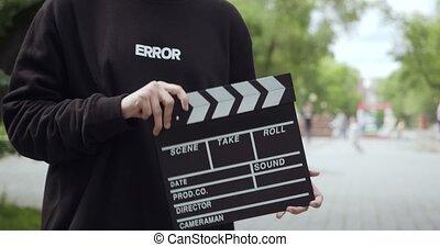 clapperboard, feuilles, homme, frame., vidéo, unrecognizable