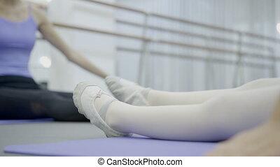 class., ballet, balance, natte, jambe, obliquement, fille repos