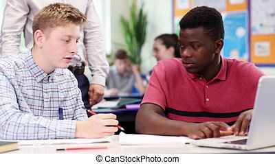 classe, école, fonctionnement, étudiants, ordinateur portable, deux, élevé, enseignant mâle