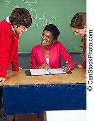 classe, étudiants, adolescent, bureau professeur