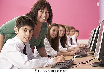 classe, adolescent, étudiants, ordinateurs, il, précepteur, utilisation, classe