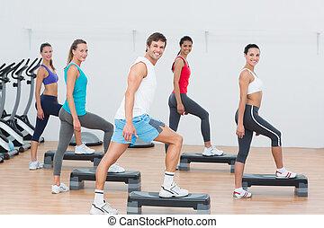 classe aptidão, executar, aeróbica passo, exercício