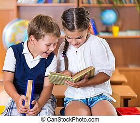 classe, deux, avoir, écoliers, amusement, heureux