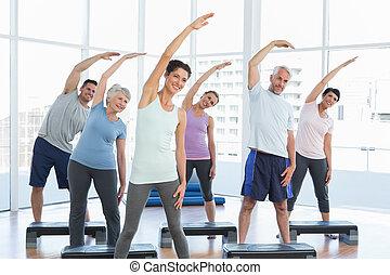 classe, esticar, mãos, em, classe ioga