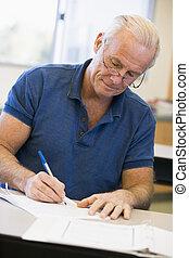 classe, estudante masculino, maduras, escrita