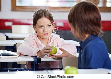 classe, garçon, peu, pomme, donner, girl