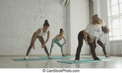classe, groupe, gens, sain, yoga, étirage, filles, jeune, style de vie