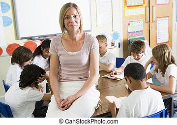 classe, leur, livres, écoliers, lecture, prof