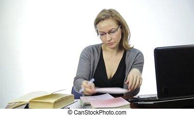 classe, ordinateur portable, prof, femme, devant, chèques, devoirs
