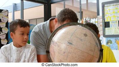 classe, sur, géographie, vue, globe, mâle, caucasien, gosses, enseignement, 4k, prof, devant, jeune