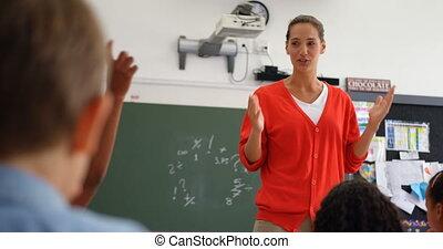 classe, vue, femme, schoolkids, caucasien, 4k, prof, devant, enseignement